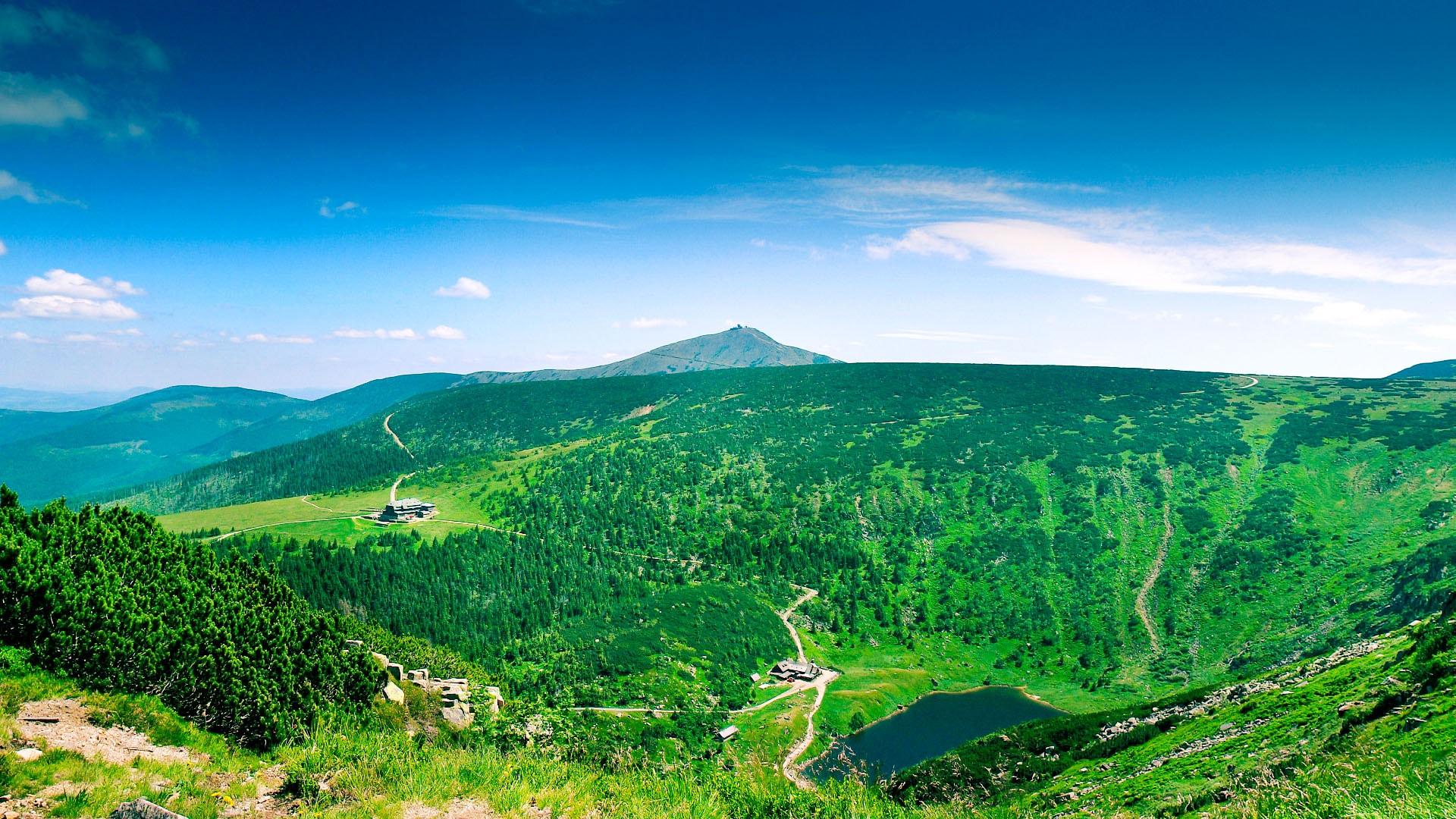 Panorama znad kotła Małego Stawu. W oddali górująca nad Karpaczem Śnieżka 1602 m n.p.m.